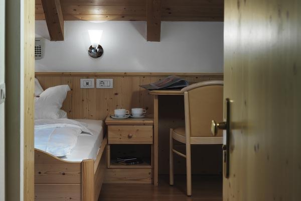 vista scrivania letto camera con balcone hotel villamadonna