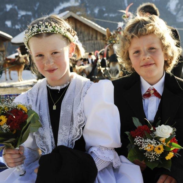 2 bambini a una cerimonia