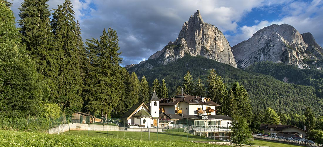 Vista panoramica dello Sciliar e dell'Hotel senza glutine Villa Madonna Alpe di Siusi