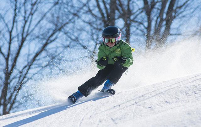 Un bambino scia su una pista a grande velocità