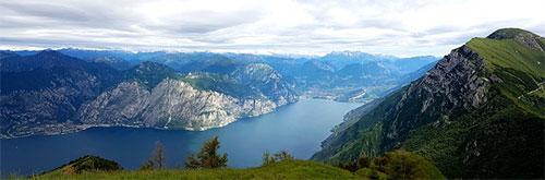 Vista panoramica del lago di Garda e del monte Baldo